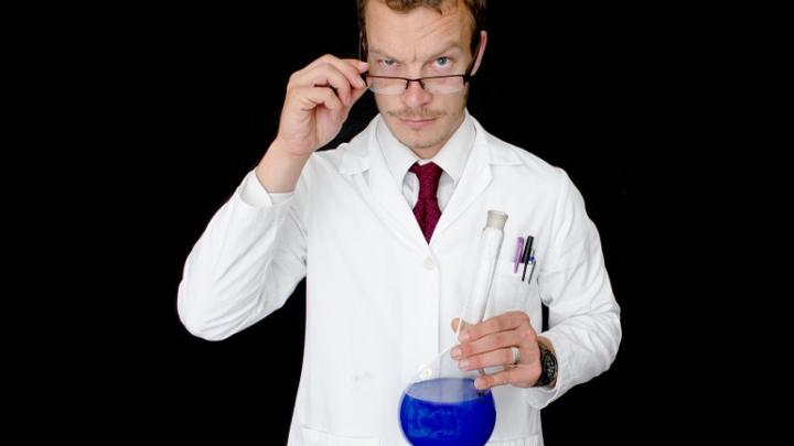 Mit einem Kittel vernünftig arbeiten und forschen im Labor